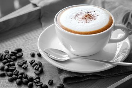 A cup of cappuccino in black and white scene 版權商用圖片 - 68034743