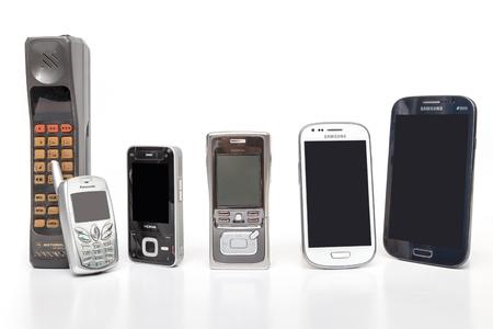 Thaïlande - le 4 janvier , 2015 : vieux et le nouveau téléphone mobile conception sur fond blanc Banque d'images - 75129976