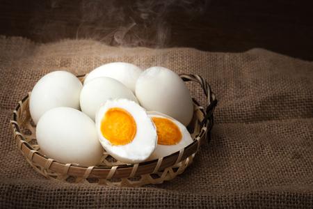 塩漬け卵、ゆで卵、食べる準備ができては、バスケット、背景をぼかした写真に置く 写真素材