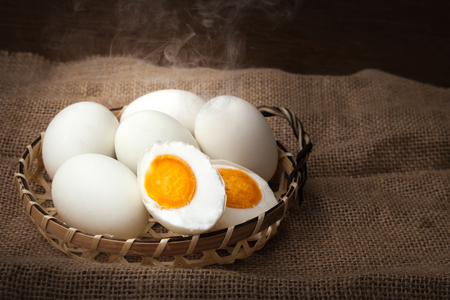 Huevos salados, hervidos y listos para comer, poner en la cesta, fondo borroso Foto de archivo - 82449629