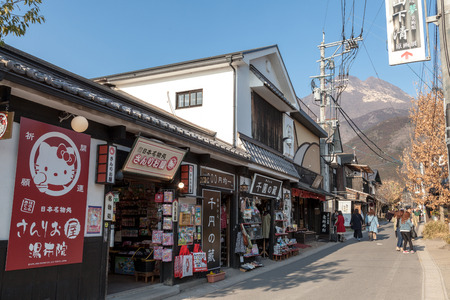 YUFUIN, OITA, JAPAN - MARCH 17,2017 :Yufuin main street from railway station has many shop for food, dessert and gift, Located in Oita prefecture, Japan Banque d'images - 115361577