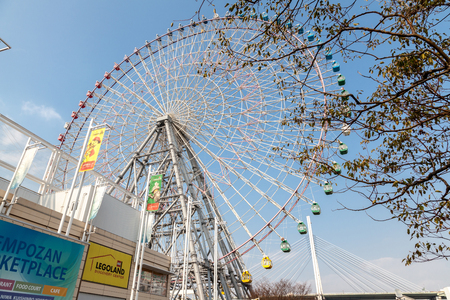 OSAKA, JAPAN - MARCH 19, 2017 :Tempozan Giant Ferris Wheel  is located next to Osaka Aquarium Kaiyukan. The wheel has a height of 112.5 meters. Banque d'images - 115361584