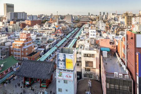 TOKYO, JAPAN - MARCH 22, 2017 : View of Sensoji Temple shopping street from Asakusa Tourism Center. Banque d'images - 115361593