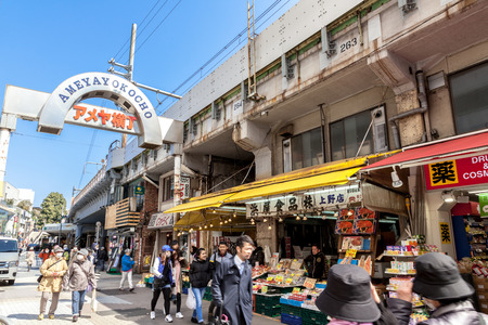 UENO, TOKYO, JAPAN - MARCH 22, 2017 : The Ameya Yokocho is a market street. It is a busy and narrow street along the elevated train tracks between Ueno and Okachimachi stations Banque d'images - 115361596