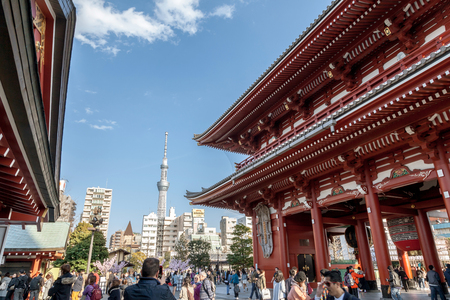 TOKYO, JAPAN - MARCH 22, 2017 : View of Tokyo Skytree from Sensoji Temple, Tokyo, Japan. Banque d'images - 115361599
