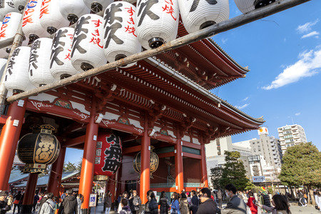 TOKYO, JAPAN - MARCH 22, 2017 : Senso-ji (also known as Asakusa Kannon Temple) is an ancient Buddhist temple located in Asakusa, Tokyo, Japan. Banque d'images - 115361600