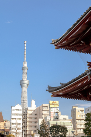 TOKYO, JAPAN - MARCH 22, 2017 : View of Tokyo Skytree from Sensoji Temple, Tokyo, Japan. Banque d'images - 115361601