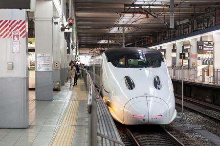 FUKUOKA, JAPAN - MARCH 19, 2017 :JR Shinkansen 800 series is just arriving at hakata railway station, Fukuoka, Japan. Редакционное
