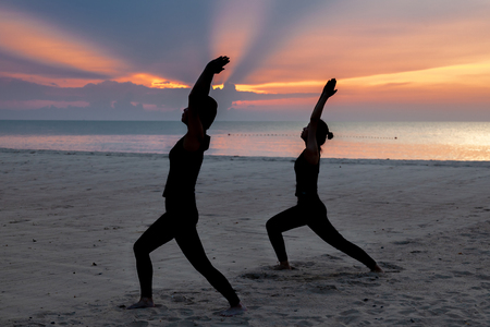 practise yoga, Warrior pose at the beach in early morning. Banque d'images - 126628473