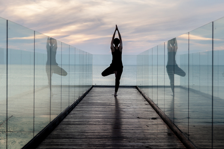 practise yoga, Tree pose at the hotel in early morning. Banque d'images - 126628483