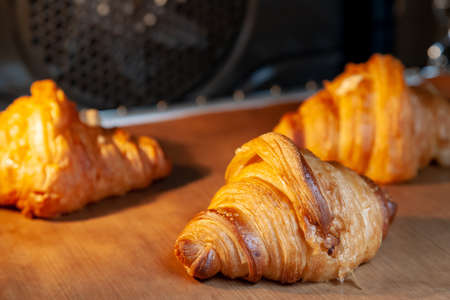 Baking croissants in an oven. 版權商用圖片 - 162150489