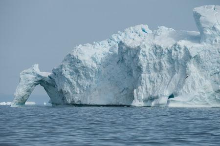 Gros iceberg flottant dans la baie de Disko, au Groenland du Nord