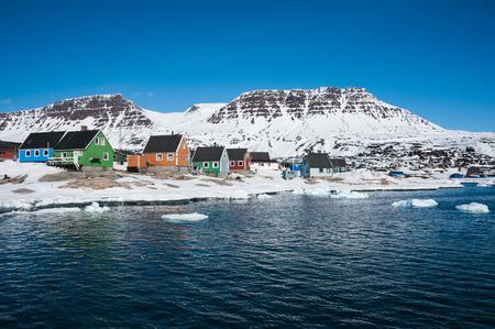 Kleurrijke huizen in de lente, Qeqertarsuaq, kleine stad van Noord-Groenland