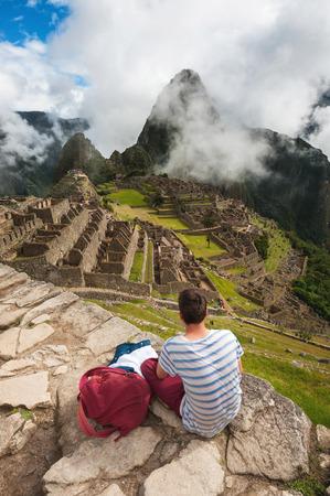 Tourist looking over Machu Picchu, Peru Imagens