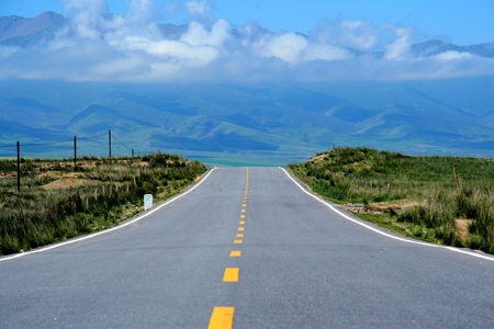The Qinghai Lake road to the far mountain Reklamní fotografie