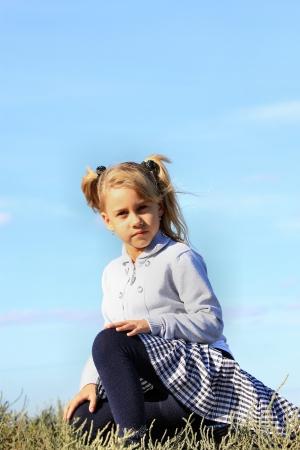 팬티 스타킹: 아름 다운 소녀 푸른 하늘에 대 한 잔디에 앉아