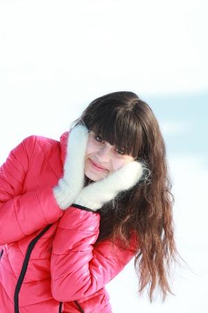 fresh air: Giovane ragazza in guanti bianchi all'aria fresca