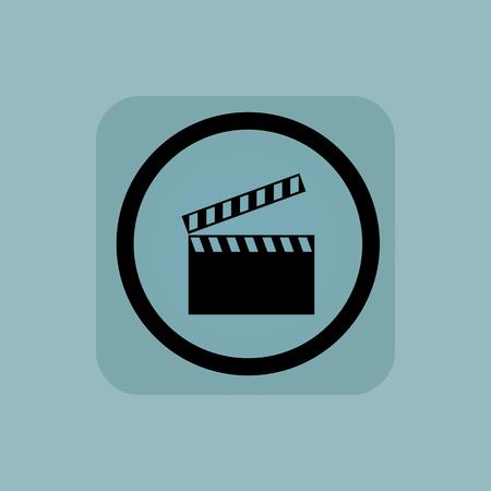 cinematograph: Claqueta en c�rculo, en la plaza, en el fondo de color azul p�lido