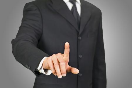 empujando: El hombre de negocios pulsando en la pantalla táctil