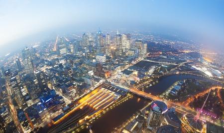 cenital: Vista de Melbourne CBD en el crep�sculo con los principales monumentos de la ciudad, como la estaci�n de tren de Flinders Street Melbourne Cricket Ground y Federation Square MCG