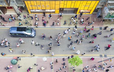 cenital: Hong Kong, China - 19 de octubre 2013: Los peatones que caminan por la calle en Causeway Bay, en Hong Kong. Causeway Bay es una importante zona comercial, y una de las zonas m�s concurridas de Hong Kong.