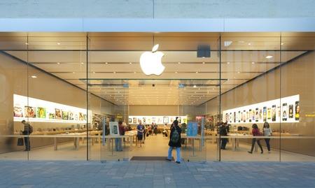 Adelaide, Australia - 23 de septiembre 2013: Apple Store en Adelaide, Australia, con los peatones que pasan por fuera de la tienda. Se trata de la primera tienda de Apple en Australia del Sur. Se encuentra en Rundle Mall, Adelaide. Editorial