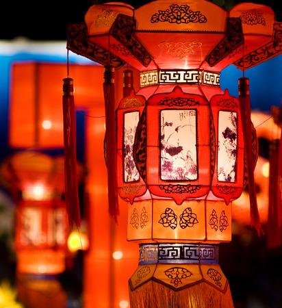 夜に伝統的な中国のランタンのグループの表示