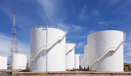 tanque de combustible: Blanca tanque de almacenamiento de combustible contra el cielo azul