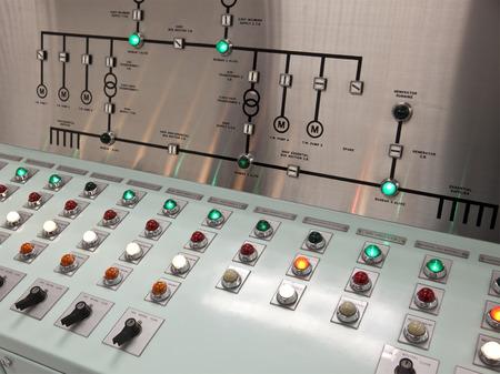 tablero de control: Los paneles de control en la sala de control de una planta de tratamiento de agua