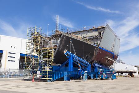 Schip in aanbouw in een moderne scheepswerf