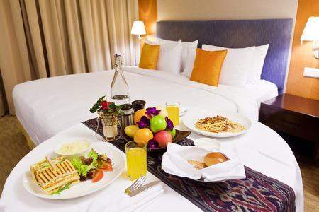 Dîner dans la chambre dans une chambre d'hôtel luxueuse