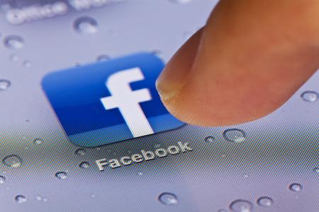 Hong Kong, China - 02 de julio 2011: Imagen de macro de clic en el icono de Facebook en una pantalla de iPad Foto de archivo - 42179335