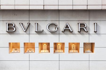 luxury goods: Hong Kong, China - el 21 de agosto de 2011: signo de Bulgari y visualizaci�n de la ventana fuera de una sucursal en Central, Hong Kong. Bulgari es un joyero y minorista de art�culos de lujo italiano. Cuenta con varias l�neas de productos, incluyendo relojes, bolsos, fragancias, accesorios y caliente