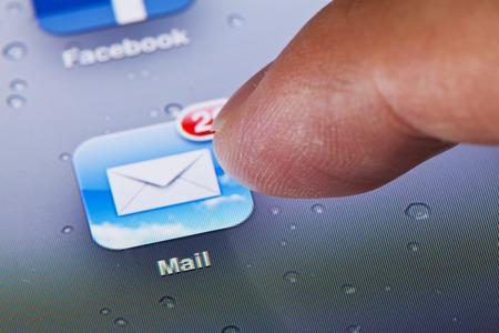 Hong Kong, China - 23 de julio de 2011: Imagen de macro de clic en el icono de correo en una pantalla de iPad Foto de archivo - 42179352