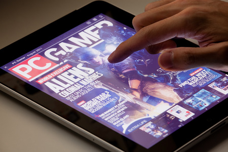 Hong Kong, China - 07 de agosto 2011: revista de lectura PC Gamer en un iPad se ejecuta la aplicación Zinio. Zinio es una tecnología y servicios de la editorial, que ofrece venta y distribución de material impreso en formato digital.