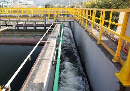 aguas residuales: Corrientes de agua en un canal en la planta de tratamiento de aguas residuales