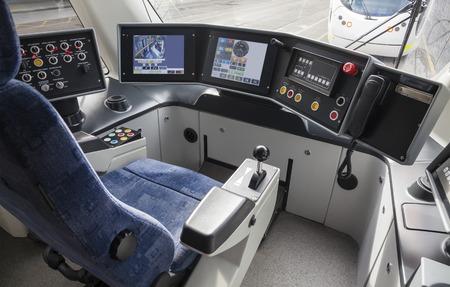 locomotora: Vista de la cabina del conductor de un tranvía vacío Foto de archivo