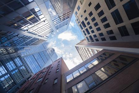 Grattacieli contro il cielo blu nel centro di Melbourne, Australia Archivio Fotografico - 44129108