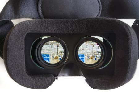Melbourne, Australië - 9 december 2015: Het kijken door een virtual reality headset op 360 VR foto's in Google Cardboard app op een iPhone