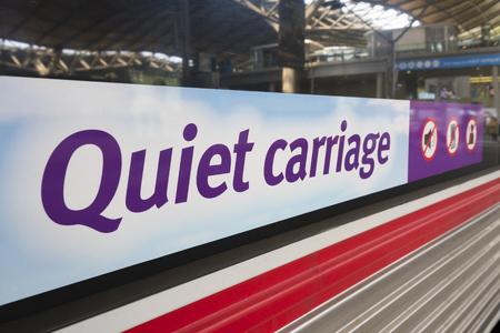 guardar silencio: signo de carro novedad en el exter de un tren Foto de archivo