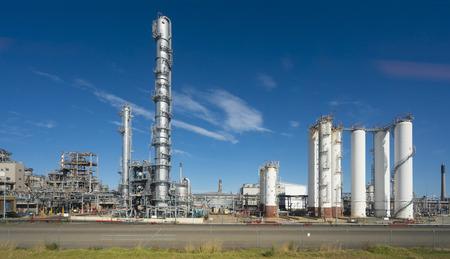 Factionating Säulen und Destillationskolonnen in einer Ölraffinerie Standard-Bild