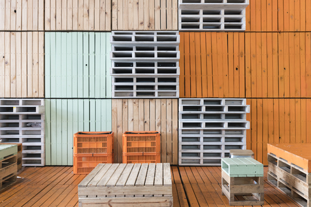 palet: De asientos realizados en palets y cajas de leche en un mercado Foto de archivo