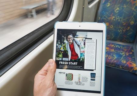 Melbourne, Australia - el 26 de Feb, 2016: Compartimiento de la lectura digital en un iPad a bordo de un tren durante los desplazamientos Editorial