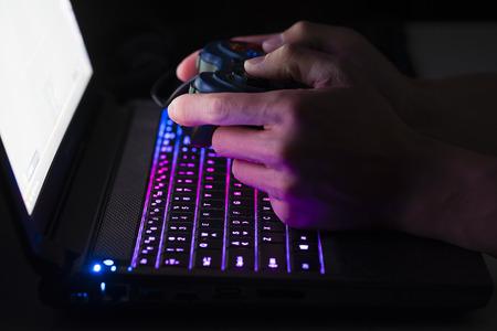 Gra komputerowa gra na laptopie z joypada Zdjęcie Seryjne
