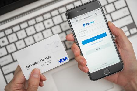 Melbourne, Australia - 10 de mayo 2016: El uso de PayPal y tarjeta de crédito para compras en línea. PayPal es un sistema de pago en línea en todo el mundo y una de las formas más populares de hacer el pago a través de Internet.