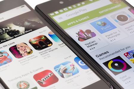 Melbourne, Australia - 23 maggio 2016: Vista del primo piano di Google Play Store su smartphone Android e Apple App Store su iPhone. Entrambi i negozi permettono agli utenti di scaricare app, musica, film e spettacoli televisivi. Editoriali