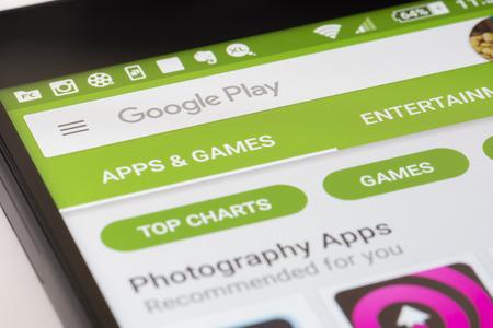 Melbourne, Australië - 17 mei 2016: Surfen op het Google Play Store op Android smartphone. Het is een app store voor de Android OS, zodat gebruikers app, muziek, films en tv-shows te downloaden