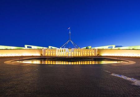 Parlement à Canberra, en Australie la nuit