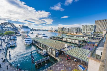 Sydney, Australië - 23 juni 2016: Mensen die Circular Quay in Sydney CBD, met uitzicht op de Harbour Bridge en het Opera House
