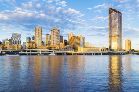 bienes raices: paisaje urbano de Brisbane al atardecer Editorial